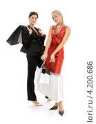 Купить «Две счастливые девушки с покупками в пакетах на белом фоне», фото № 4200686, снято 29 сентября 2007 г. (c) Syda Productions / Фотобанк Лори