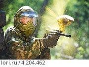 Купить «Игрок в пейнтбол с оружием», фото № 4204462, снято 20 мая 2011 г. (c) Дмитрий Калиновский / Фотобанк Лори