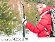 Купить «Молодая женщина с лыжами в зимнем лесу», фото № 4206270, снято 24 марта 2012 г. (c) Константин Ёлшин / Фотобанк Лори