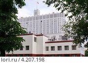 Купить «Дом правительства РФ среди деревьев», фото № 4207198, снято 16 июня 2012 г. (c) Павел Кричевцов / Фотобанк Лори