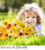 Купить «Маленькая симпатичная девочка с букетом полевых цветов», фото № 4209646, снято 20 июля 2012 г. (c) yarruta / Фотобанк Лори