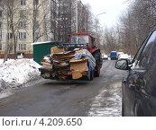 Купить «Трактор убирает мусор, улица Сахалинская, район Гольяново, Москва», эксклюзивное фото № 4209650, снято 2 января 2013 г. (c) lana1501 / Фотобанк Лори