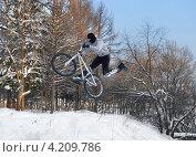 Купить «Полеты на велосипеде. Тренировка прыжка», эксклюзивное фото № 4209786, снято 19 января 2013 г. (c) Валерия Попова / Фотобанк Лори