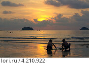 Купить «Дети играют на закате на пляже Кай Бе (Kai Bae), Ко Чанг, Таиланд», фото № 4210922, снято 10 января 2013 г. (c) Natalya Sidorova / Фотобанк Лори
