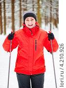 Купить «Веселая женщина катается на лыжах в зимнем лесу», фото № 4210926, снято 7 января 2013 г. (c) Константин Лабунский / Фотобанк Лори