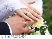 Руки молодоженов с букетом. Стоковое фото, фотограф Валерик Емельянов / Фотобанк Лори
