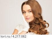 Купить «Обольстительная девушка в вязаных варежках на руках на белом фоне», фото № 4217082, снято 10 октября 2010 г. (c) Syda Productions / Фотобанк Лори
