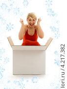 Купить «Счастливая молодая женщина с большой коробкой с подарком», фото № 4217382, снято 13 июня 2006 г. (c) Syda Productions / Фотобанк Лори