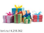 Разноцветные подарочные коробки на белом фоне. Стоковое фото, фотограф Андрей Дыкун / Фотобанк Лори