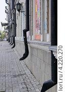 Купить «Казанский государственный театр юного зрителя. Фрагмент здания с водосточными трубами», эксклюзивное фото № 4220270, снято 7 июля 2012 г. (c) Илюхина Наталья / Фотобанк Лори
