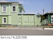 Часть старинного деревянного дома в Коломенском кремле с резными воротами (2010 год). Стоковое фото, фотограф Dmitriy Semyonov / Фотобанк Лори