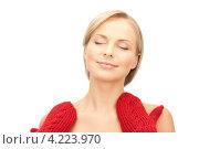 Купить «Очаровательная молодая женщина в вязаных рукавицах на белом фоне», фото № 4223970, снято 30 октября 2010 г. (c) Syda Productions / Фотобанк Лори