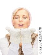 Купить «Очаровательная молодая женщина в вязаных рукавицах на белом фоне», фото № 4224078, снято 30 октября 2010 г. (c) Syda Productions / Фотобанк Лори