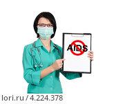 """Женщина врач в защитной маске держит планшет с перечеркнутым словом """"AIDS"""" Стоковое фото, фотограф Виталий Китайко / Фотобанк Лори"""