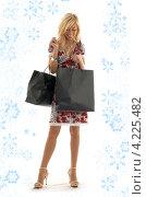 Купить «Привлекательная молодая женщина возвращается из магазина с покупками в пакетах», фото № 4225482, снято 15 августа 2006 г. (c) Syda Productions / Фотобанк Лори