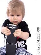 Маленькая девочка с мобильным телефоном. Стоковое фото, фотограф Евгений Андреев / Фотобанк Лори
