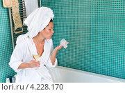 Купить «Девушка в ванной комнате с бокалом вина», фото № 4228170, снято 23 сентября 2012 г. (c) CandyBox Images / Фотобанк Лори