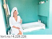 Купить «Счастливая девушка отдыхает в ванной комнате», фото № 4228226, снято 23 сентября 2012 г. (c) CandyBox Images / Фотобанк Лори