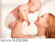 Купить «Молодая мама с маленьким ребёнком», фото № 4232062, снято 15 января 2013 г. (c) Евгений Атаманенко / Фотобанк Лори