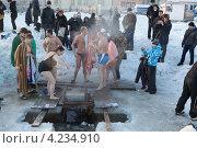 Купить «Люди перед прорубью. Санкт-Петербург», фото № 4234910, снято 19 января 2013 г. (c) Кекяляйнен Андрей / Фотобанк Лори