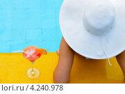 Купить «Девушка в белой шляпе с коктейлем на краю бассейна», фото № 4240978, снято 23 ноября 2012 г. (c) Сергей Галушко / Фотобанк Лори