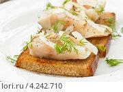Купить «Соленая скумбрия с жареными тостами», фото № 4242710, снято 30 января 2013 г. (c) Peredniankina / Фотобанк Лори