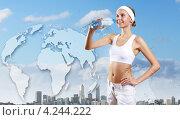 Купить «Красивая спортсменка в белой майке и шортах пьет чистую воду из бутылки на фоне современного города и карты мира», фото № 4244222, снято 17 октября 2018 г. (c) Sergey Nivens / Фотобанк Лори