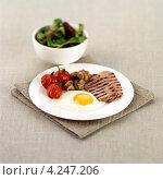 Купить «Полноценный английский завтрак, яичница с беконом и овощами», фото № 4247206, снято 22 февраля 2019 г. (c) Food And Drink Photos / Фотобанк Лори