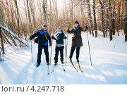 Две женщины и мужчина лыжники в лесу (2013 год). Редакционное фото, фотограф Игорь Низов / Фотобанк Лори