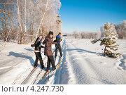 Две женщины и мужчина лыжники стоят на лыжне и смотрят назад (2013 год). Редакционное фото, фотограф Игорь Низов / Фотобанк Лори