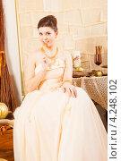Купить «Богатая девушка с золотой вилкой», фото № 4248102, снято 8 января 2013 г. (c) Сергей Дубров / Фотобанк Лори