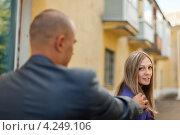 Купить «Мужчина пытается познакомиться с девушкой», фото № 4249106, снято 1 сентября 2012 г. (c) Яков Филимонов / Фотобанк Лори