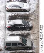 Купить «Машины на парковке, район Новокосино, Москва», эксклюзивное фото № 4251422, снято 29 января 2013 г. (c) lana1501 / Фотобанк Лори