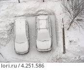 Купить «Снегопад в Москве, машины на парковке, район Новокосино», эксклюзивное фото № 4251586, снято 29 января 2013 г. (c) lana1501 / Фотобанк Лори