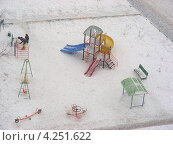 Купить «Сильный снегопад в Москве, детская площадка на улице Новокосинская, район Новокосино», эксклюзивное фото № 4251622, снято 29 января 2013 г. (c) lana1501 / Фотобанк Лори