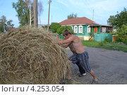 Мужчины укладывают сено (2011 год). Редакционное фото, фотограф Татьяна Фролова / Фотобанк Лори