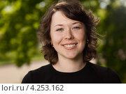 Купить «Портрет счастливой молодой женщины на природе», фото № 4253162, снято 20 мая 2012 г. (c) Станислав Фридкин / Фотобанк Лори