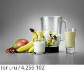 Купить «Ингредиенты для смузи из бананов, орехов и манго,. кухонный комбайн», фото № 4256102, снято 26 мая 2019 г. (c) Food And Drink Photos / Фотобанк Лори
