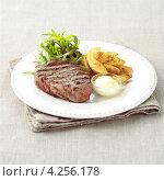 Купить «Стейк из говядины с жареным картофелем», фото № 4256178, снято 21 января 2019 г. (c) Food And Drink Photos / Фотобанк Лори