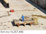 Купить «Инженер производит измерения теодолитом в сухом доке», фото № 4257446, снято 10 августа 2012 г. (c) Николай Кокарев / Фотобанк Лори