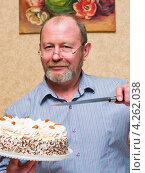 Купить «Мужчина средних лет с тортом и ножом», эксклюзивное фото № 4262038, снято 2 февраля 2013 г. (c) Игорь Низов / Фотобанк Лори