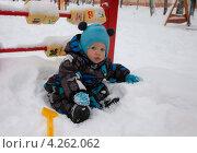 Ребенок сидит на снегу. Стоковое фото, фотограф Котова Мария / Фотобанк Лори