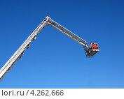 Купить «Люлька передвижной пожарной автовышки на фоне голубого неба», фото № 4262666, снято 12 февраля 2012 г. (c) Евгений Ткачёв / Фотобанк Лори