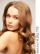 Купить «Красивая молодая женщина с длинными каштановыми волнистыми волосами крупным планом», фото № 4262710, снято 10 октября 2010 г. (c) Syda Productions / Фотобанк Лори