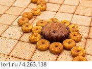 Кекс в бубликах на печенье с отрубями. Стоковое фото, фотограф Савельев Сергей Юрьевич / Фотобанк Лори
