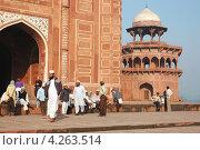 Купить «Верующие у мечети комплекса Тадж-Махал, Агра, Индия», фото № 4263514, снято 18 ноября 2012 г. (c) крижевская юлия валерьевна / Фотобанк Лори