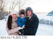 Купить «Счастливая семья. Молодая пара с маленьким сыном на фоне зимнего пейзажа», эксклюзивное фото № 4263778, снято 27 января 2013 г. (c) Игорь Низов / Фотобанк Лори