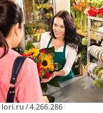 Купить «Девушка покупает букет в магазине», фото № 4266286, снято 14 января 2013 г. (c) CandyBox Images / Фотобанк Лори