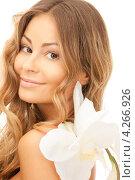 Купить «Очаровательная девушка с длинными волосами и белой орхидеей в руке», фото № 4266926, снято 14 августа 2010 г. (c) Syda Productions / Фотобанк Лори