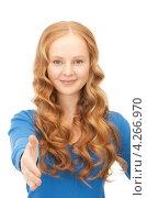 Купить «Молодая привлекательная деловая женщина предлагает руку для рукопожатия», фото № 4266970, снято 27 ноября 2010 г. (c) Syda Productions / Фотобанк Лори
